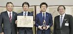 左から田中所長、内海文隆さん、齊藤さん、服部市長
