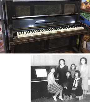 (右)70年前のピアノお披露目会の様子、写真右端が和田さん(上)3月まで校長室に置かれていたピアノ
