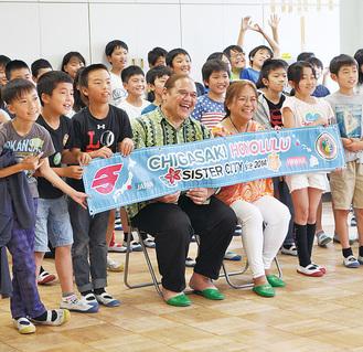 児童と記念撮影を行うイライアスさん(前列中央)