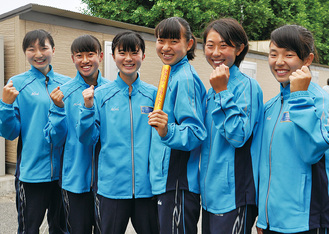 意気込む北陵女子リレーチーム。左から小池さん、福岡さん、金島さん、小松さん、田村さん、山根さん