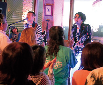 企画者の橋本さん(右)もバンドで演奏した(23日)