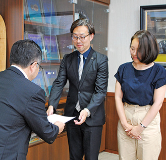 市長から感謝状を受け取る高沢夫妻
