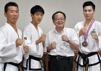 左から平間さん、岡田君、服部市長、青木さん