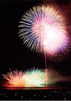 海面に映る花火を楽しめる