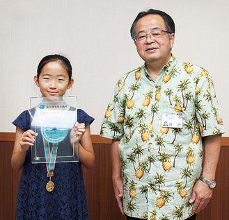 小橘田さん(左)と服部市長