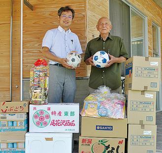藤江組合長(左)らが訪問
