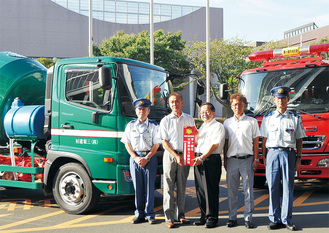 標示プレートを持つ三堀社長(左)と服部市長