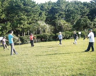 安全な芝生で学ぶ参加者