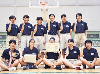 2連覇のメンバー、前列右から2人目が山城さん=海老名総合体育館