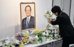 献花に訪れた市民や関係者らが別れを惜しんだ =10/8・市役所本庁舎1階