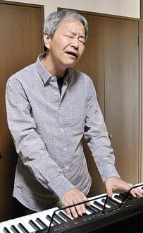 ピアノを弾きながら熱唱するかわもとさん