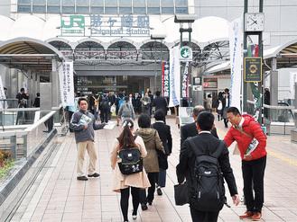茅ケ崎駅北口でチラシを配布 =11月5日