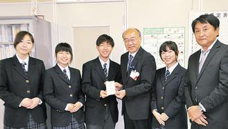 市社会福祉協議会の矢島事務局長に手渡された