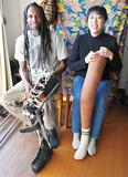 義肢を手にする真美さん(右)と夫のガテラさん