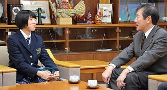 市特別表彰が贈られた吉村さん(左)と佐藤市長