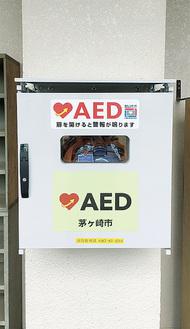 梅田中学校の体育館外壁に設置されたAED(市教育総務課提供)