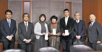 山口理事長(左から2人目)らから寄付