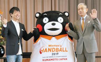 (左から)水野さん、くまモン、山本教諭