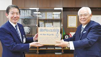 大村社長(右)から佐藤市長へ手渡された