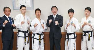 (左から)田部さん、青木さん、平間さん、佐藤光市長、岡田さん、鈴木さん