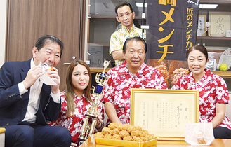 (前列左から)佐藤市長、横山優衣さん、横山代表、横山芳江さん、(後列)松岡利征さん