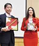 記念品を持つ佐藤市長(左)とアナさん