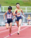 ライバル・信櫻さん(左)とのラスト勝負を制した小谷さん =三ツ沢陸上競技場