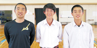 (左から)岡部監督、田部井君、若宮君