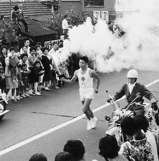 1964年に茅ヶ崎を走る聖火ランナー(提供/茅ヶ崎市、個人所蔵)