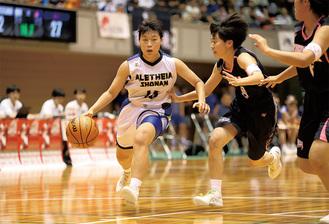攻守で活躍した古木主将(白)=23日・平塚総合体育館