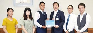 企画書を佐藤市長(中央右)に手渡す実行委員会メンバー