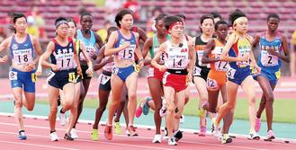 決勝でも先頭に出た小谷さん(右から2人目)=9日・沖縄市タピック県総ひやごんスタジアム