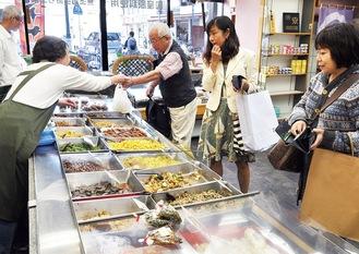 土士田漬物店で昼食を買う参加者