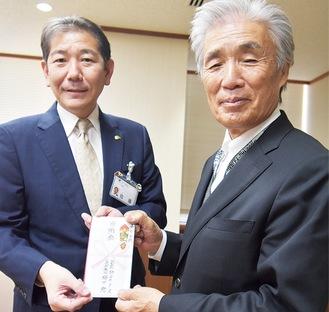 佐藤市長(左)に手渡す梅田氏