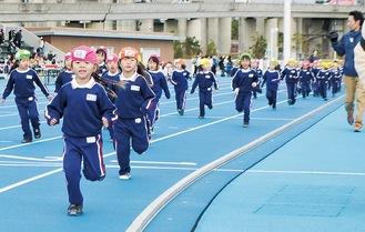 懸命に走る園児たち   =柳島スポーツ公園