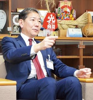 展望を語る佐藤市長(撮影・山田高敬)