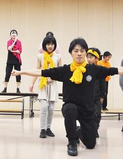 真剣な表情で練習に取り組む劇団員
