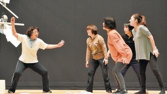 練習に励む劇団員