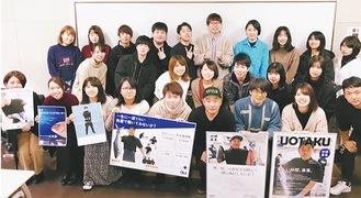 制作物をもつ井徳ゼミ生と魚卓・浅見社長(前列右から4人目)