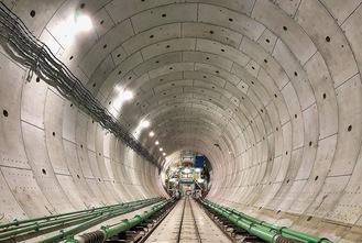 整備が進む横浜湘南道路トンネル内(国土交通省関東地方整備局提供)