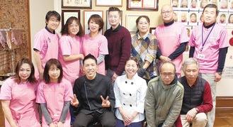 宮城島さん(前列左から3人目)を祝うスタッフ
