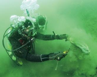 海底からプラごみを回収するダイバー(豊田さん提供)