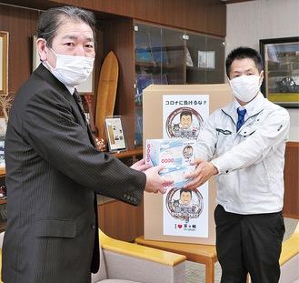 佐藤市長にマスクを寄贈する竹之内さん(右)