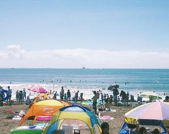 賑わうサザンビーチ(茅ヶ崎市提供)