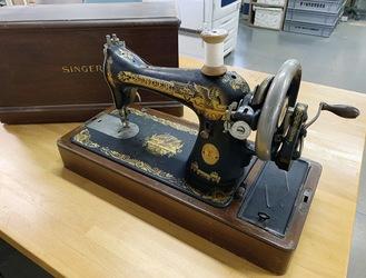 ▶︎SINGER手回し式ミシン(1910年製造)