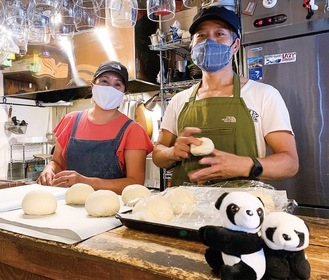 篠田夫妻。手前のパンダは席の使用可否の目印に使用している