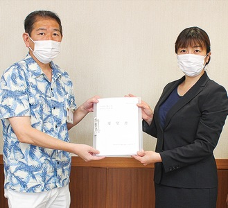 佐藤市長に署名を提出する郡さん(右)