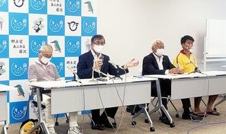 記者会見する鈴木市長(左から2番目)