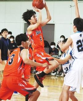 真剣なまなざしでゴールを狙う、鶴が台中の選手