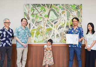 作品『土手の上で』を囲む(左から)小川稔美術館長、佐藤市長、絵画のモデルになったそよちゃん、原さん、妻の美帆さん